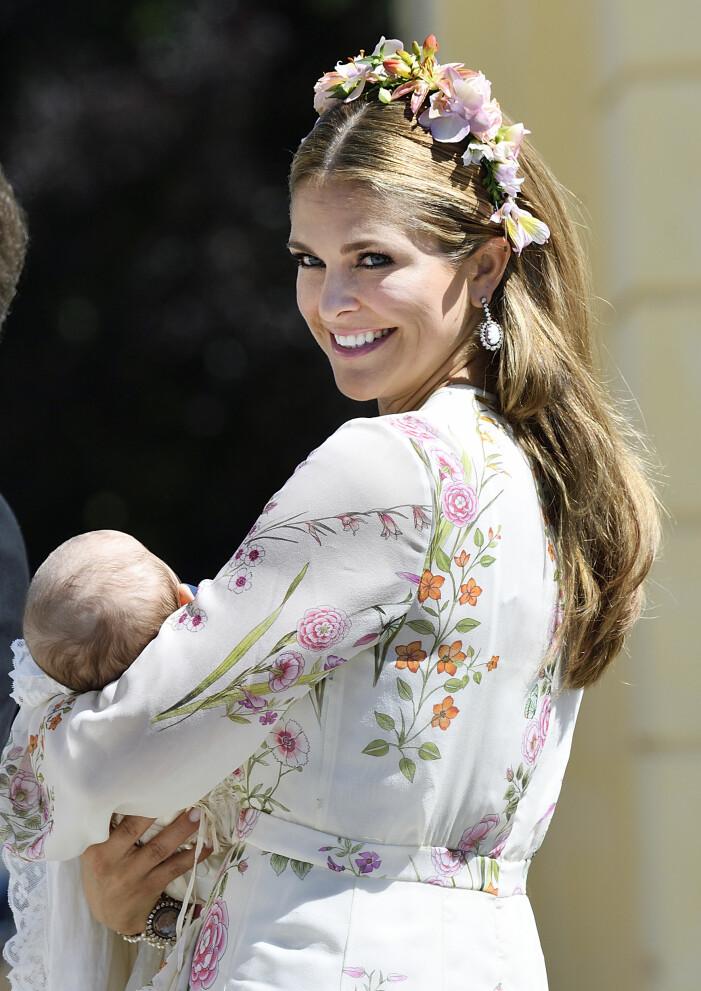 Prinsessan Madeleine med blommor i håret