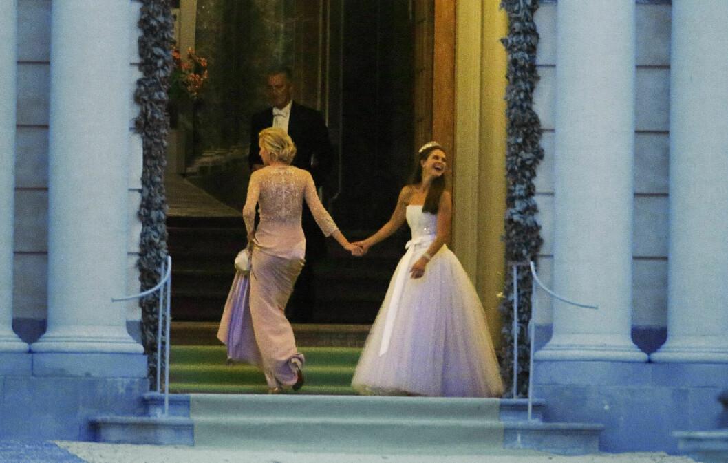 Prinsessan Madeleine i sin vita klänning på sin bröllopsfest