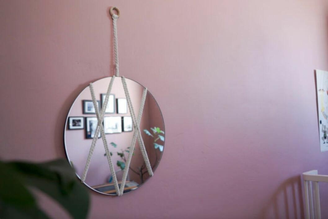 Blanda en rund spegel med bohemiska flätor.