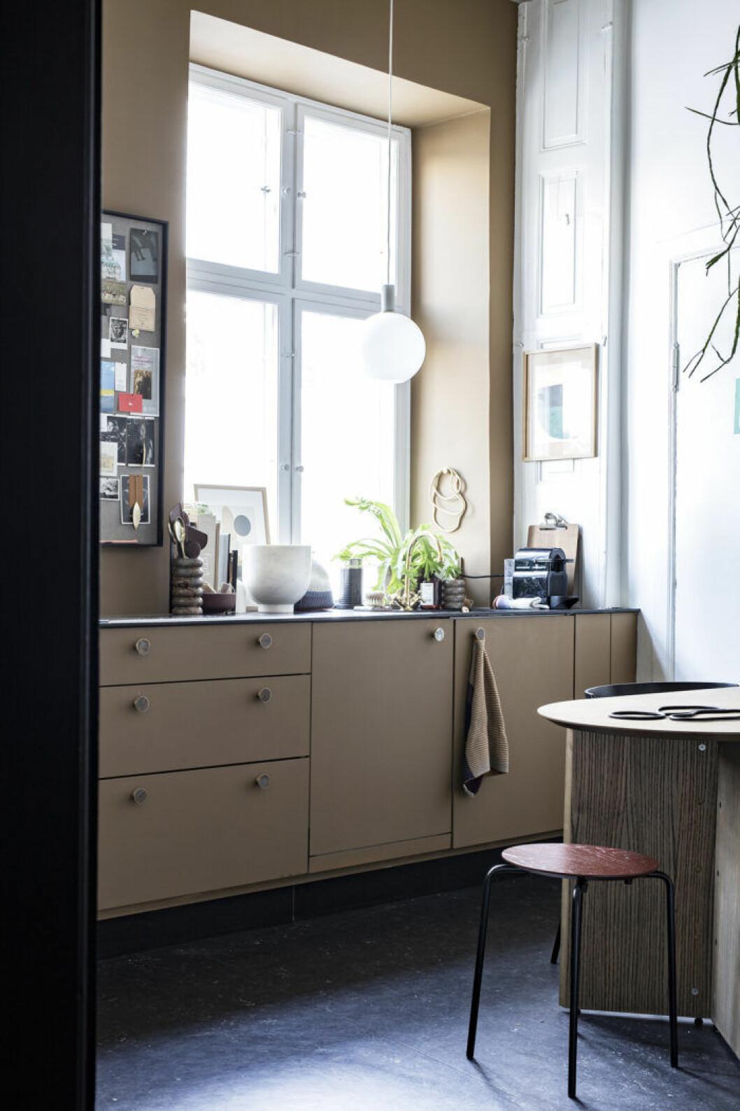 En beigebrun neutral nyans är ett trendigt färgval