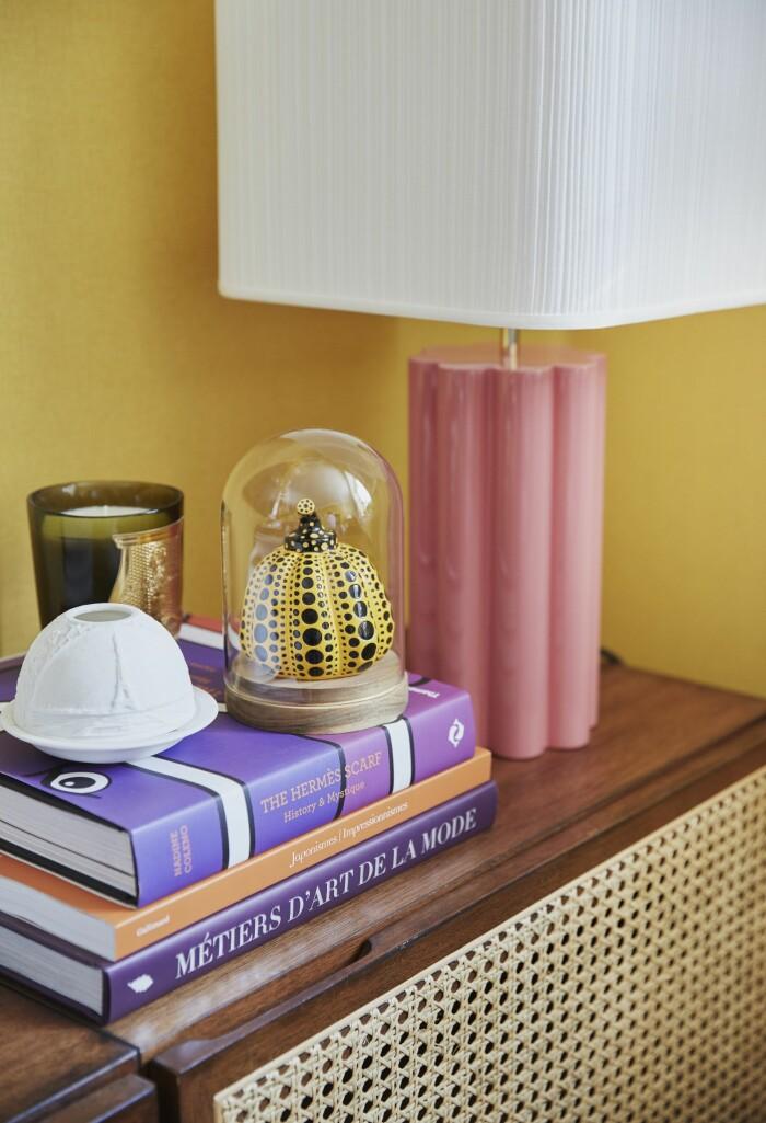 Hemma hos Malkiel Berry ELLE Decoration vardagsrum Skåp rotting böcker