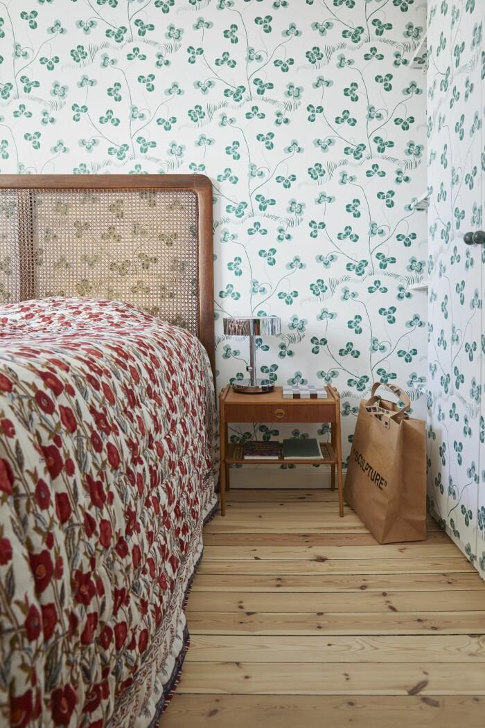 Hemma hos Malkiel Berry ELLE Decoration sovrum tapet svenskt tenn