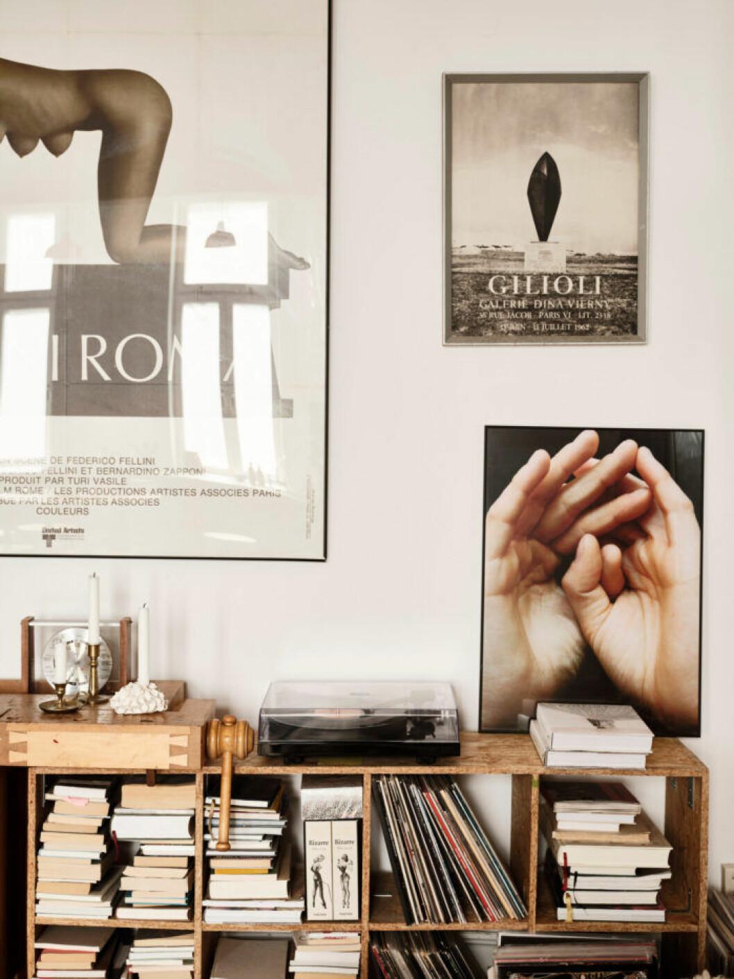 Sekelskifteslägenhet i Malmö, bokhylla och tavlor i vardagsrummet