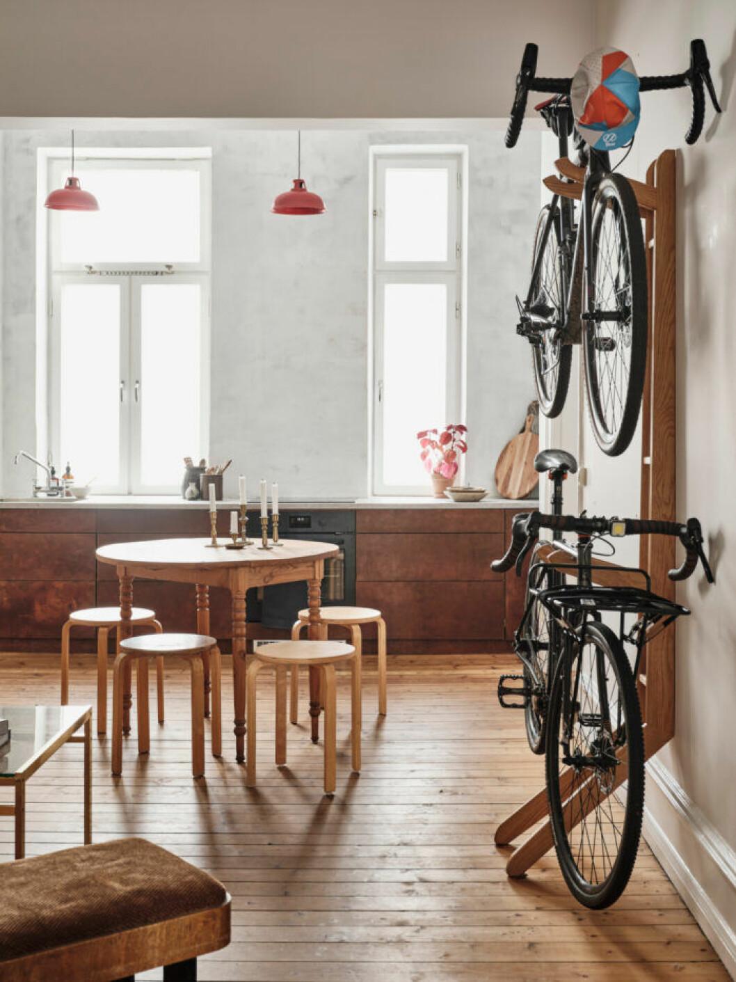 Sekelskifteslägenhet i Malmö, kök med röda taklampor