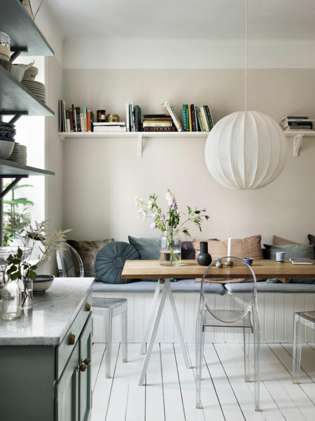 Köksbänk och färgglada textilier i lägenheten i Malmö