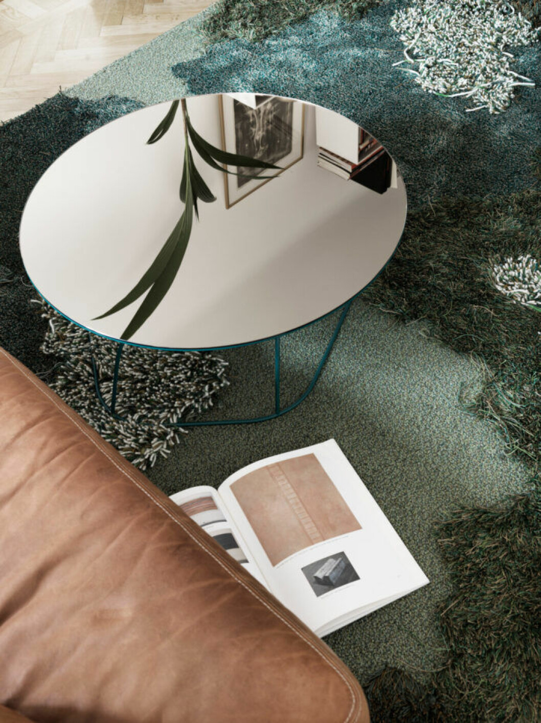 Spegelbord och grönblå matta i lägenheten i Malmö