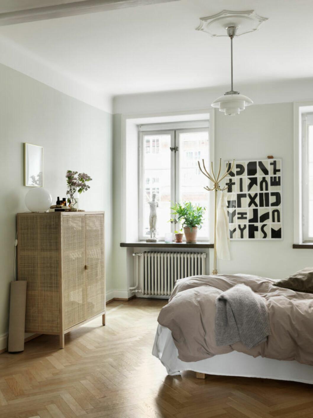 Sovrum i jordnära toner i lägenheten i Malmö
