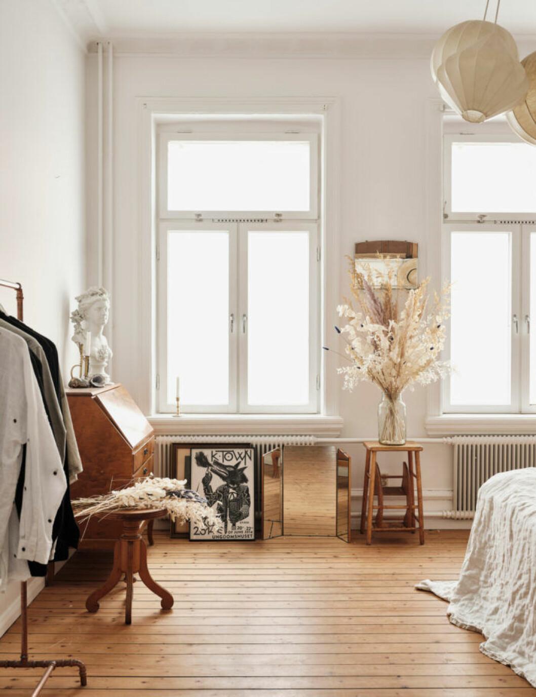 Sekelskifteslägenhet i Malmö, ljust sovrum