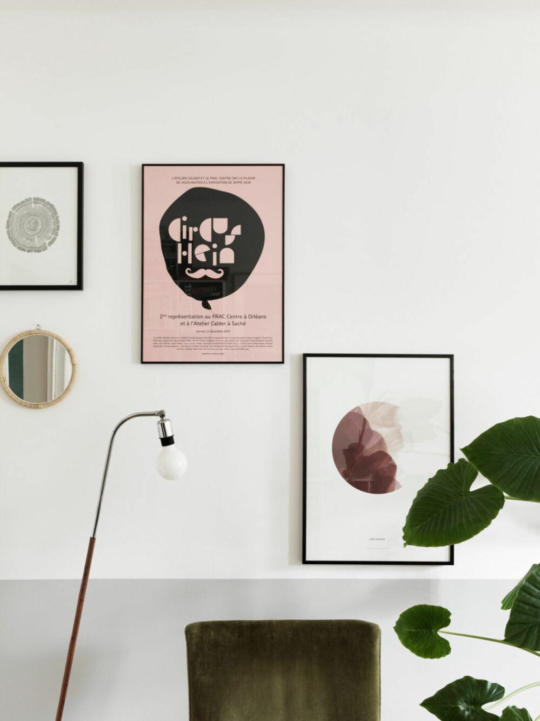 Tavelvägg med konst och posters i lägenheten i Malmö