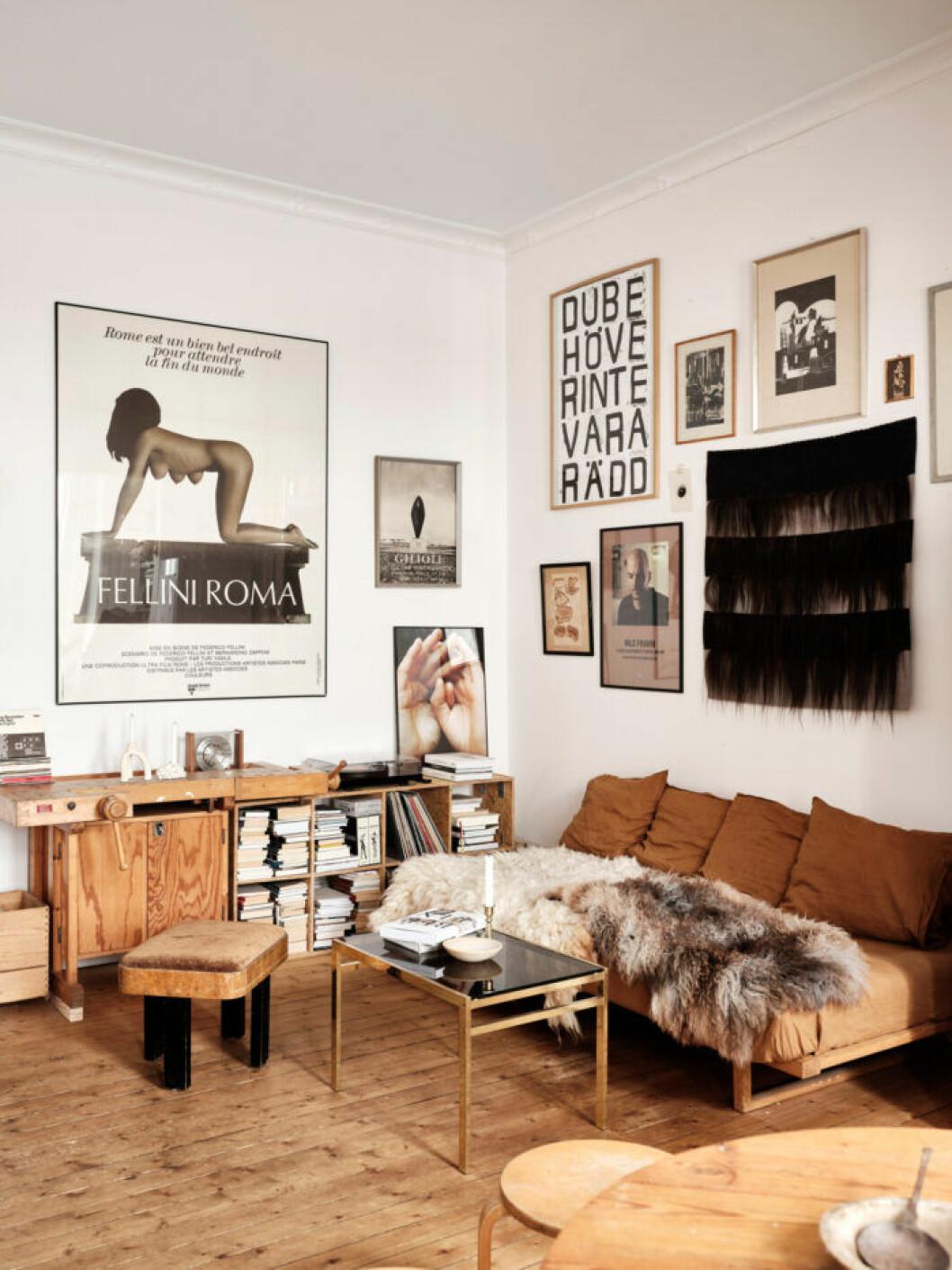 Sekelskifteslägenhet i Malmö, vardagsrum i bruna toner