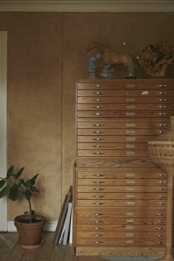 Malou Palmqvist hemma hos arkivhylla