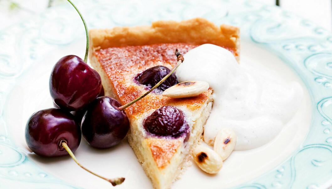 Mandel- och körsbärspaj med vanilj crème fraiche.