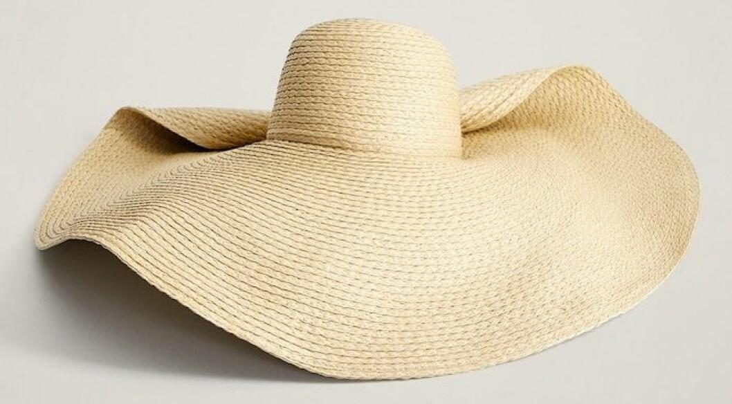En extra stor solhatt för sommarsäsongen från Mango.