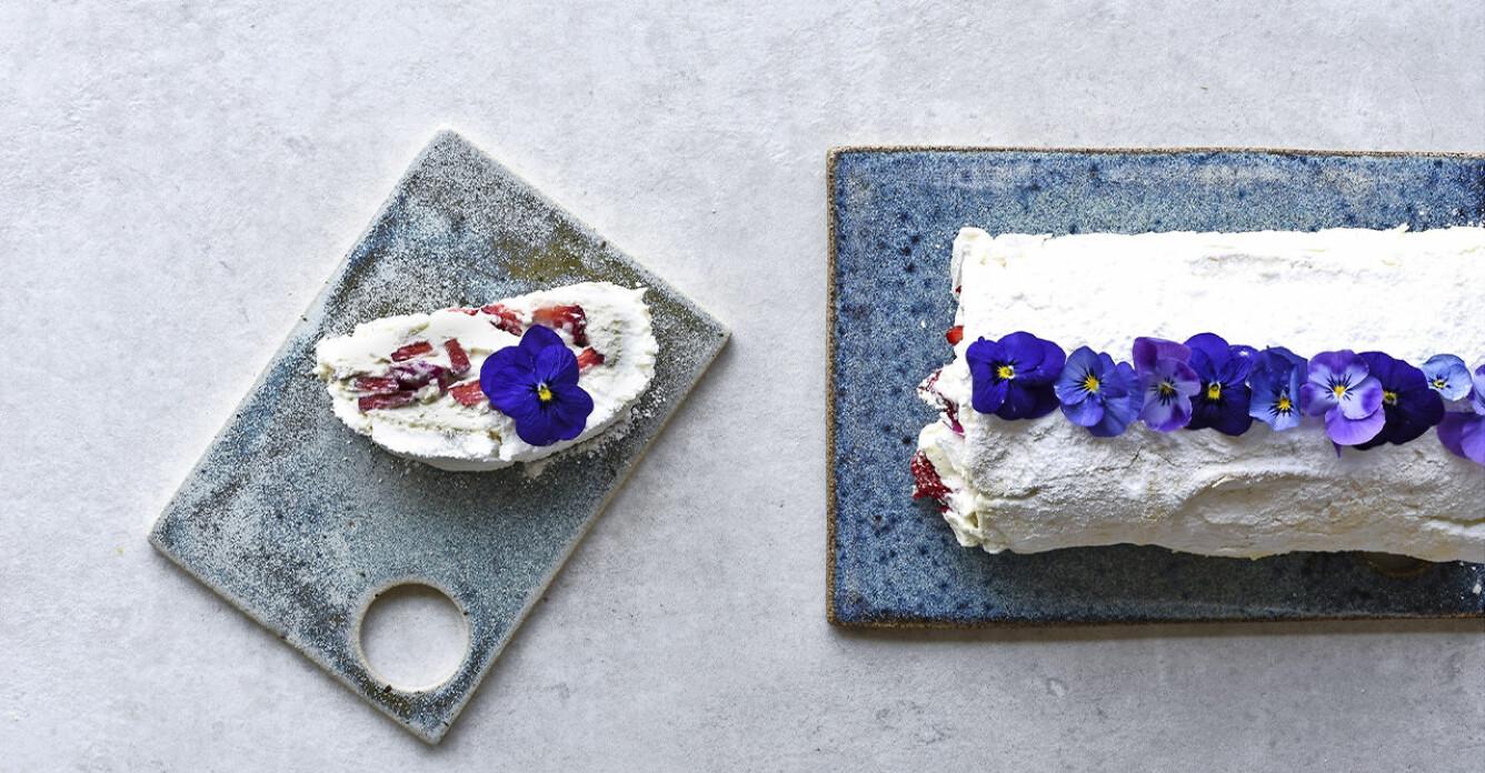 Recept på marängrulle med jordgubbar, rosenblad och violer