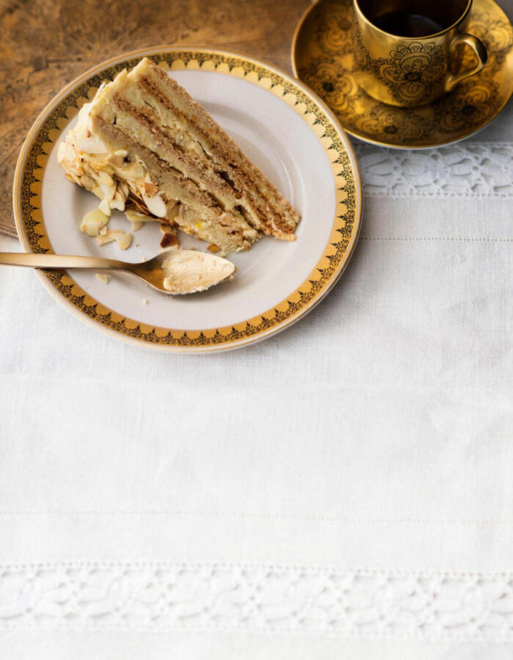 Recept på marängtårta med mandel och apelsinkräm
