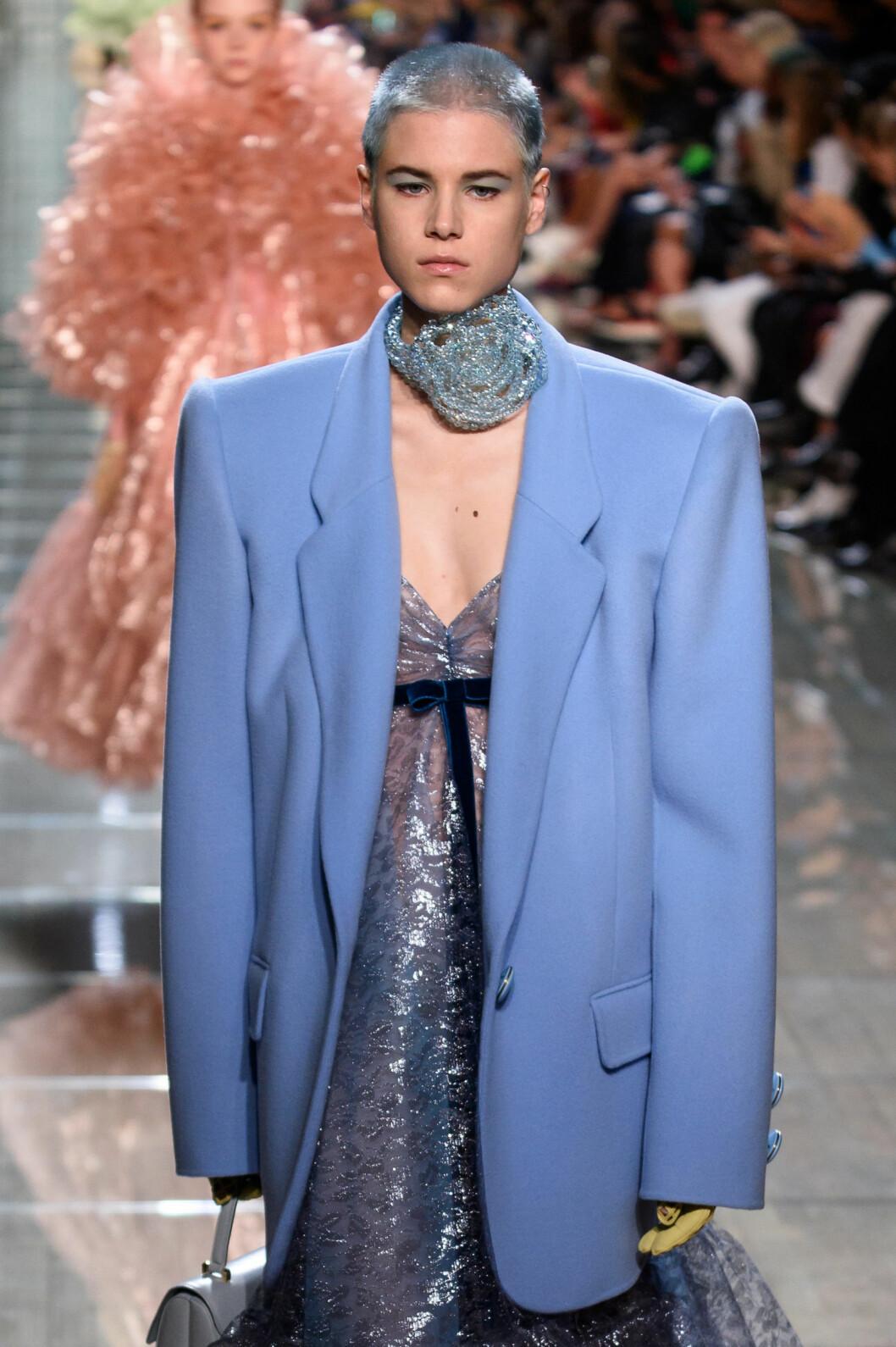 Marc Jacobs SS19 pastellhår på catwalken, blå pastell.