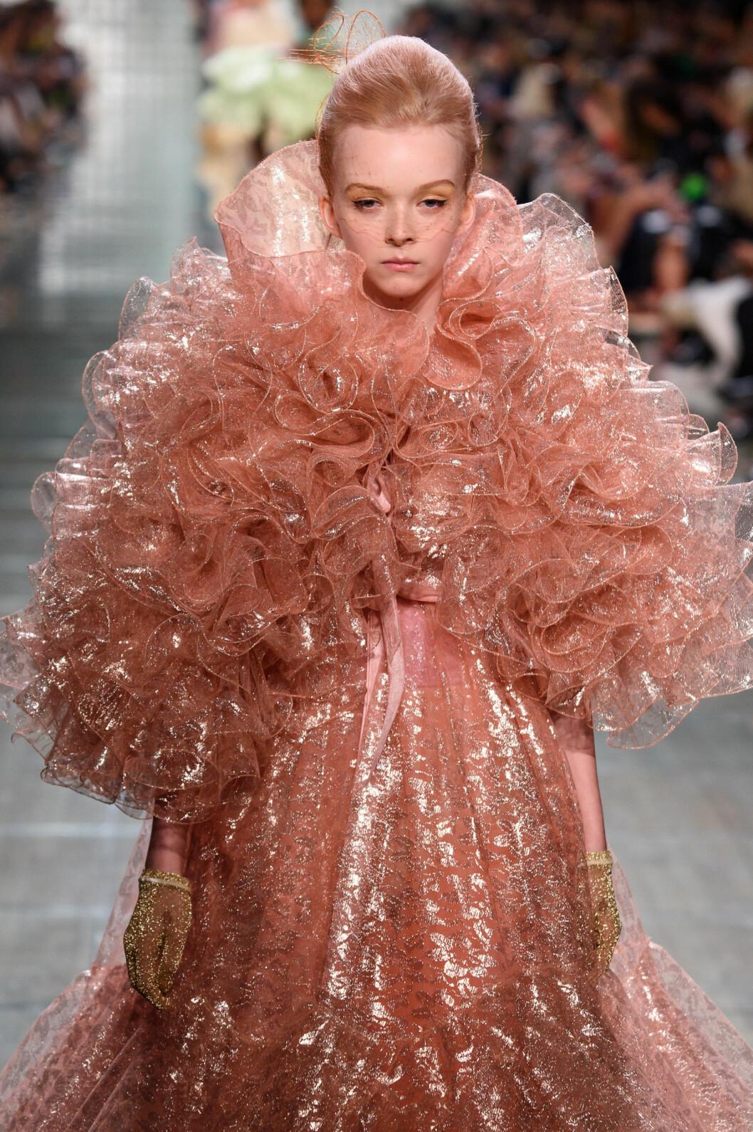 Marc Jacobs SS19 pastellhår på catwalken, aprikosfärgat.