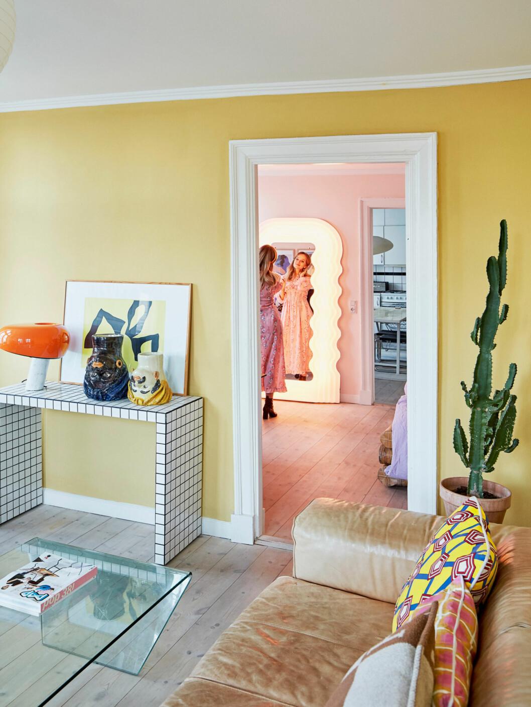 Vågformad spegel från Ettore Sottsass bland hemmets färgglada möbler