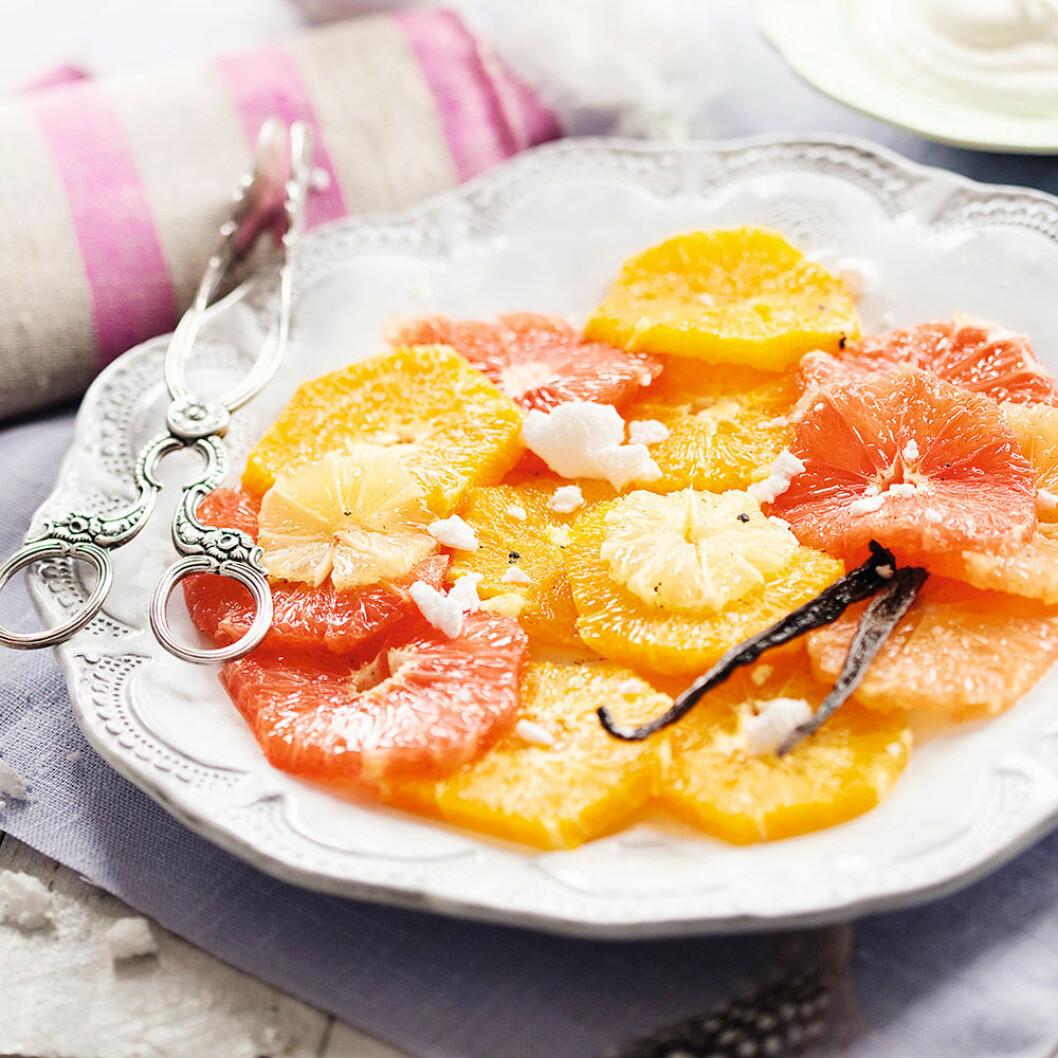 Marinerad citrus med grädde, glass och maräng.
