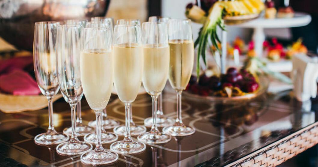 Kombinera gärna mat och champagne. Foto: IBL