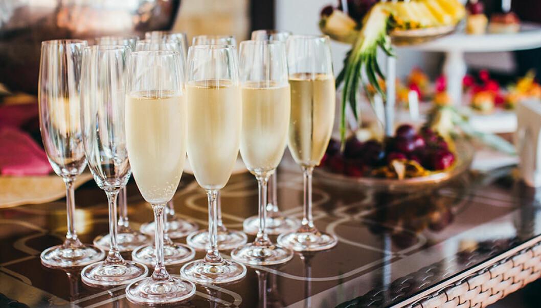 Kombinera gärna mat och champagne.