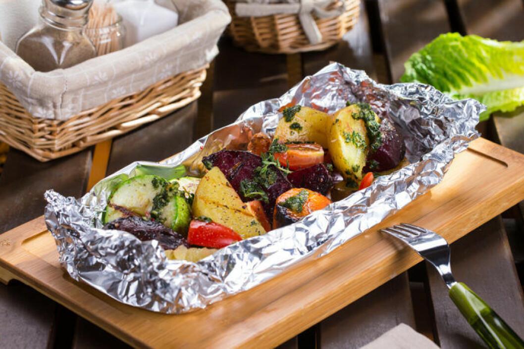 Grönsaker och rotfrukter i foliepaket.