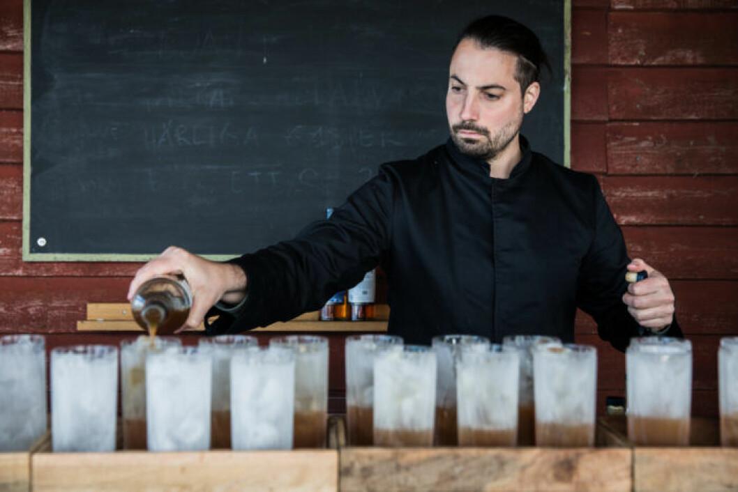 En av världens bästa bartenders Mate Csatlos står för drycken under glampingen.