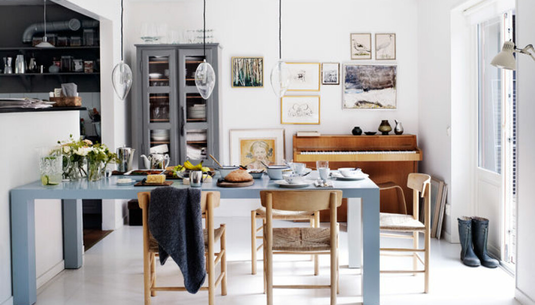 matplats-blått-bord-piano-tavelvägg-inspiration-foto-anna-kern