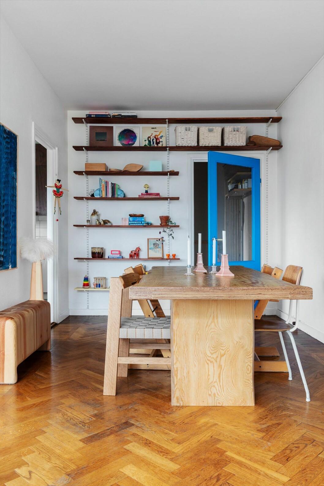 Matplats med platsbyggd förvaring hemma hos träkonstnären i Stockholm