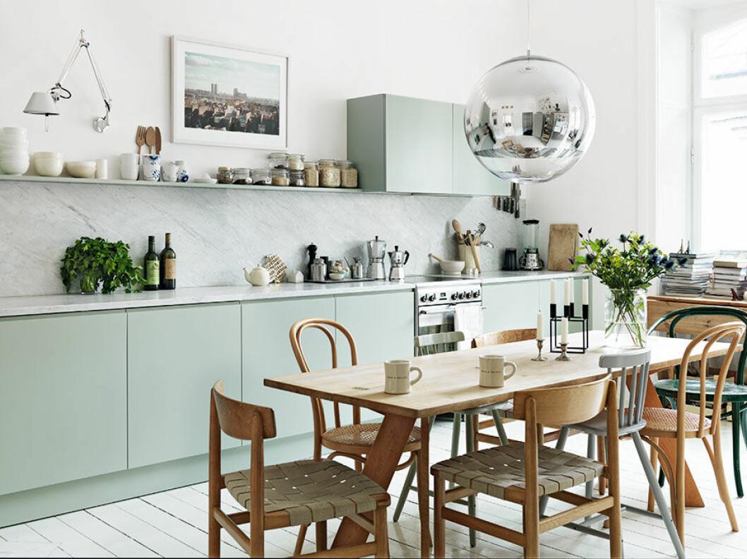 Ovanför matbordet hänger lampan Mirror Ball av Tom Dixon. Den svartlackade stålljusstaken Kubus designades på 1960-talet av Mogens Lassen och finns fortfarande i produktion.