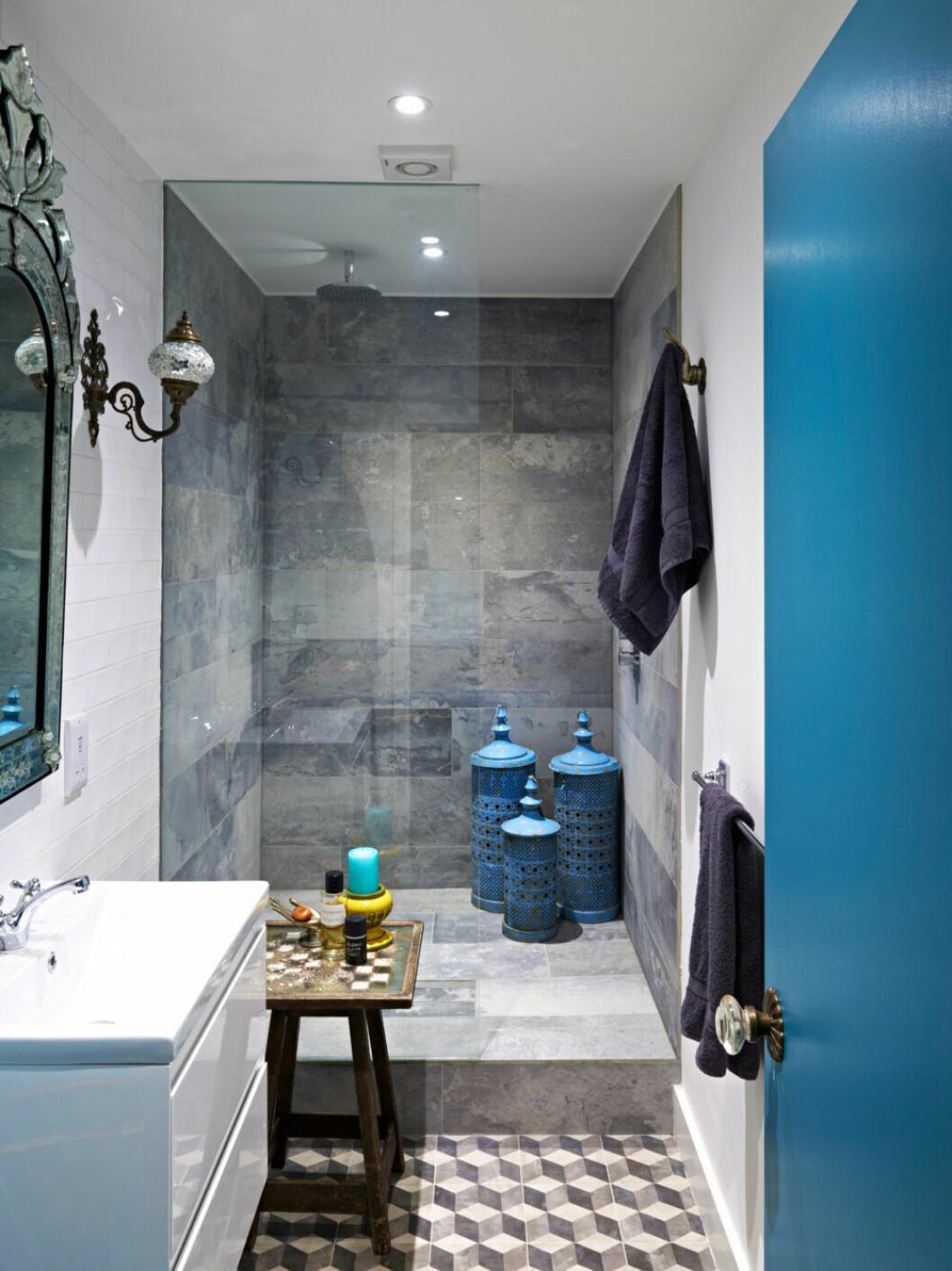 Blått möter grått i badrummet hemma hos designern Matthew Williamson i London