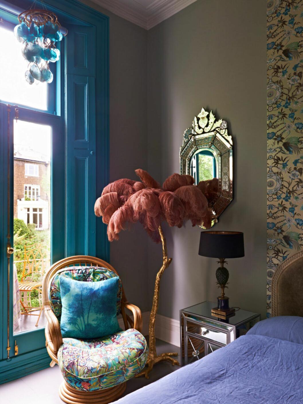 Rosa palminspirerad lampa och färgglada textilier hemma hos designern Matthew Williamson i London