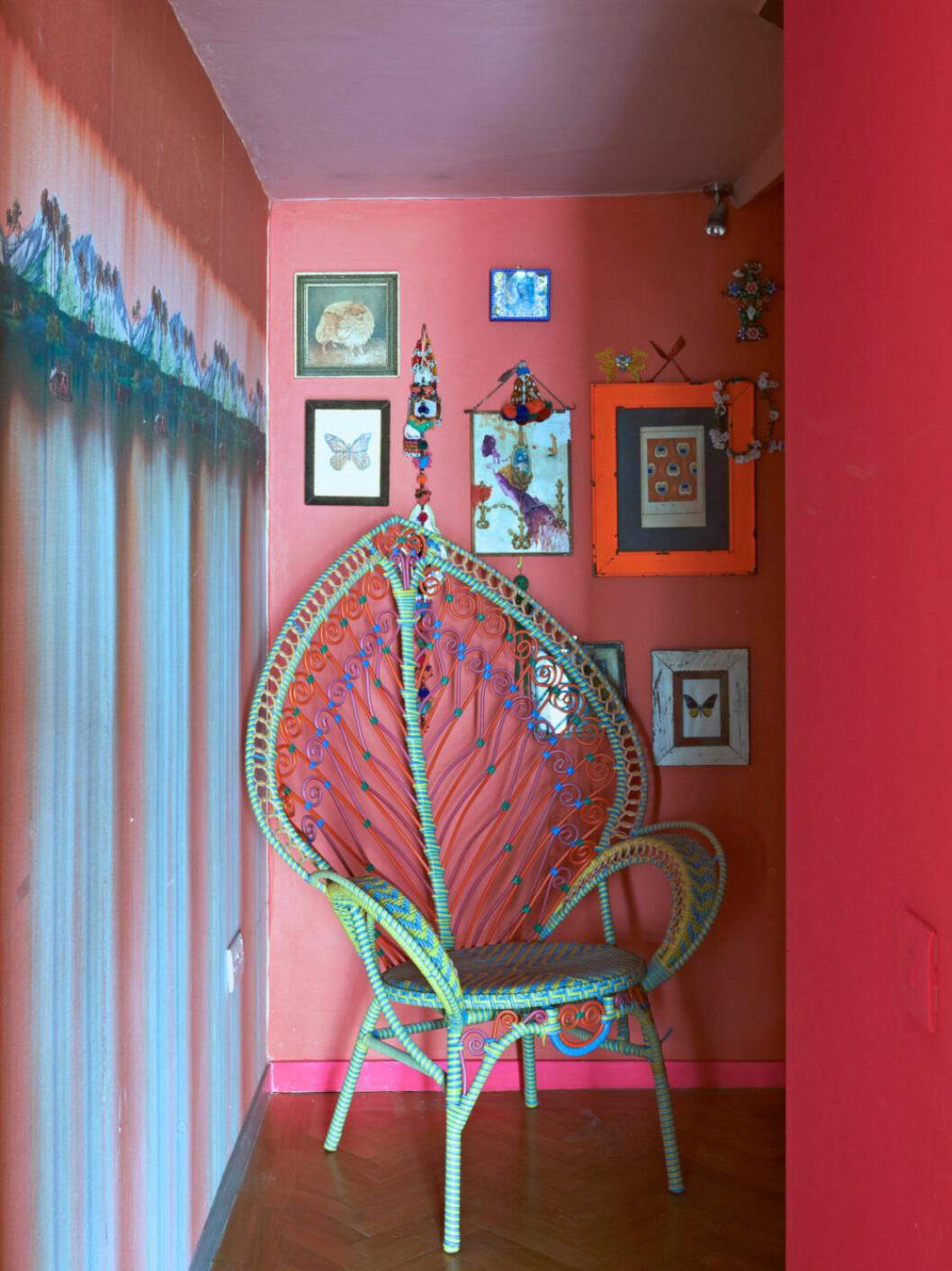Knallrosa väggar och trendig tavelvägg hemma hos designern Matthew Williamson i London