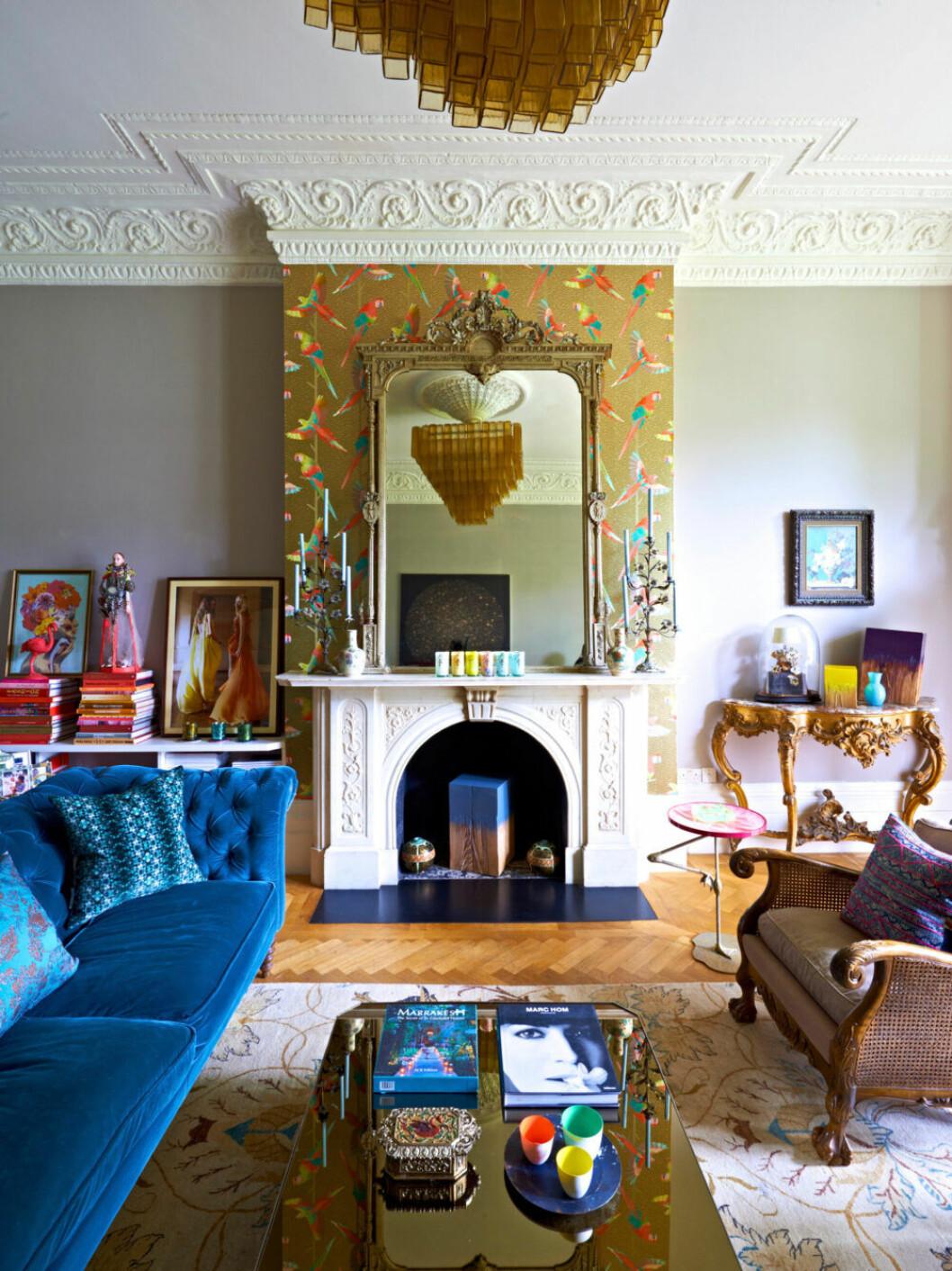 Färgstarkt vardagsrum hemma hos designern Matthew Williamson i London