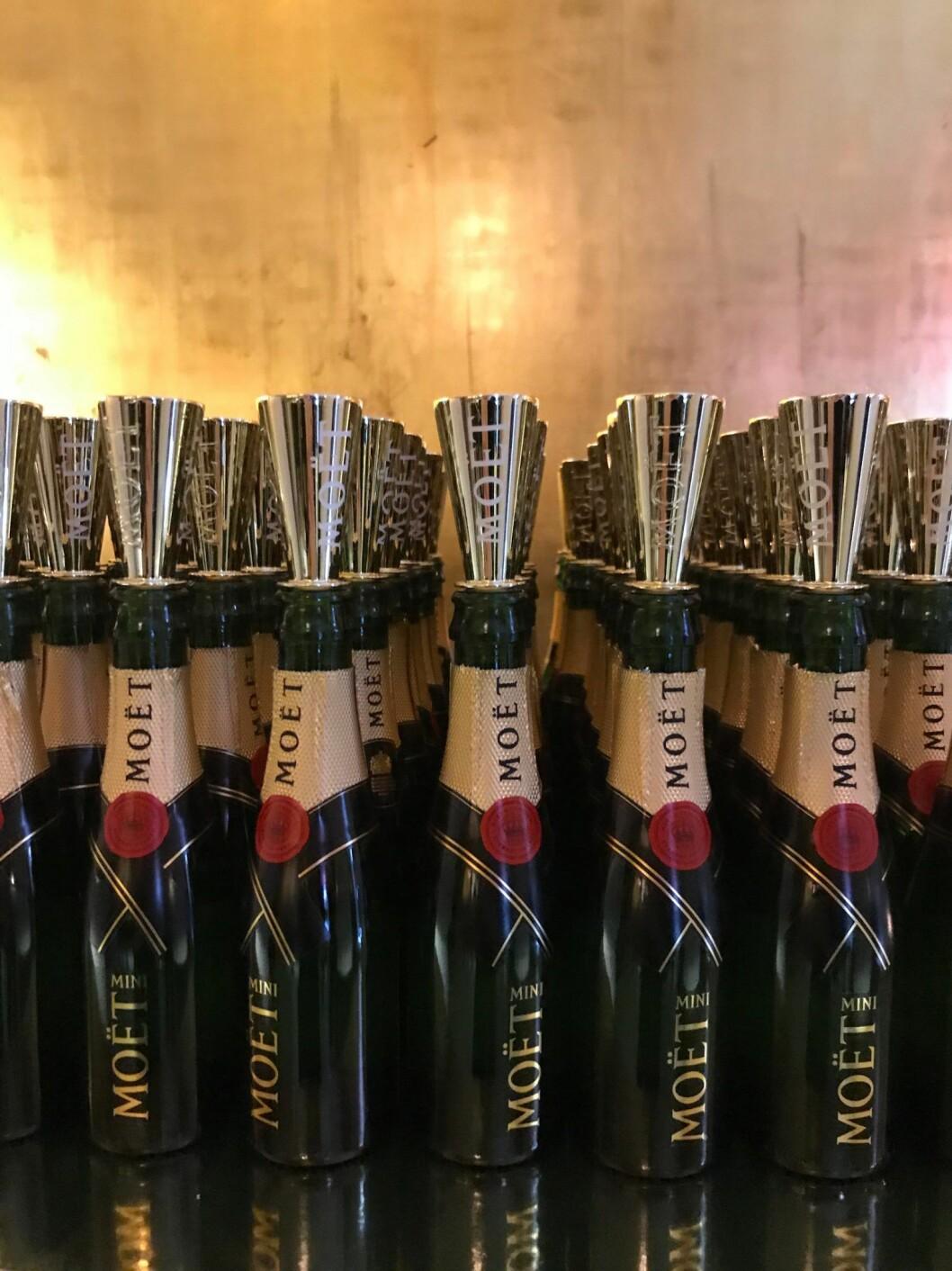 Miniflaskor med champagne är en mattrend från ELLE-galan 2020