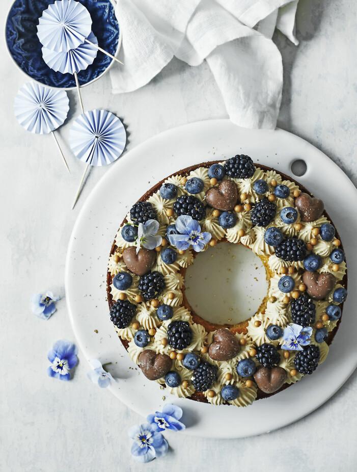 Bjud på mazarinkrans med salt karamellkräm och blåa bär
