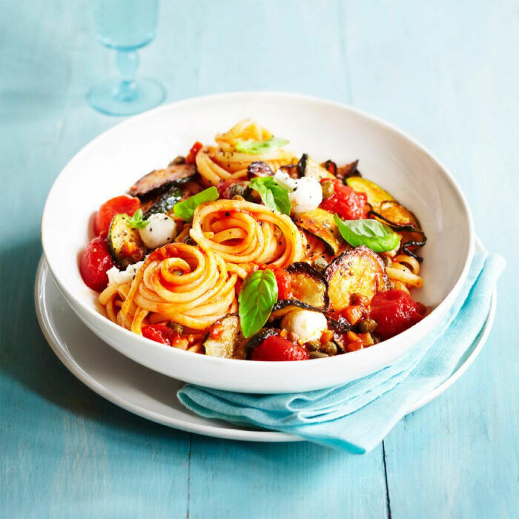 Medelhavspasta med zucchini och moazarella