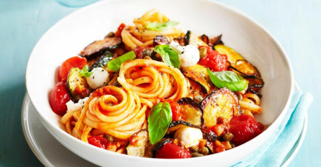 Medelhavspasta med zucchini och mozzarella.