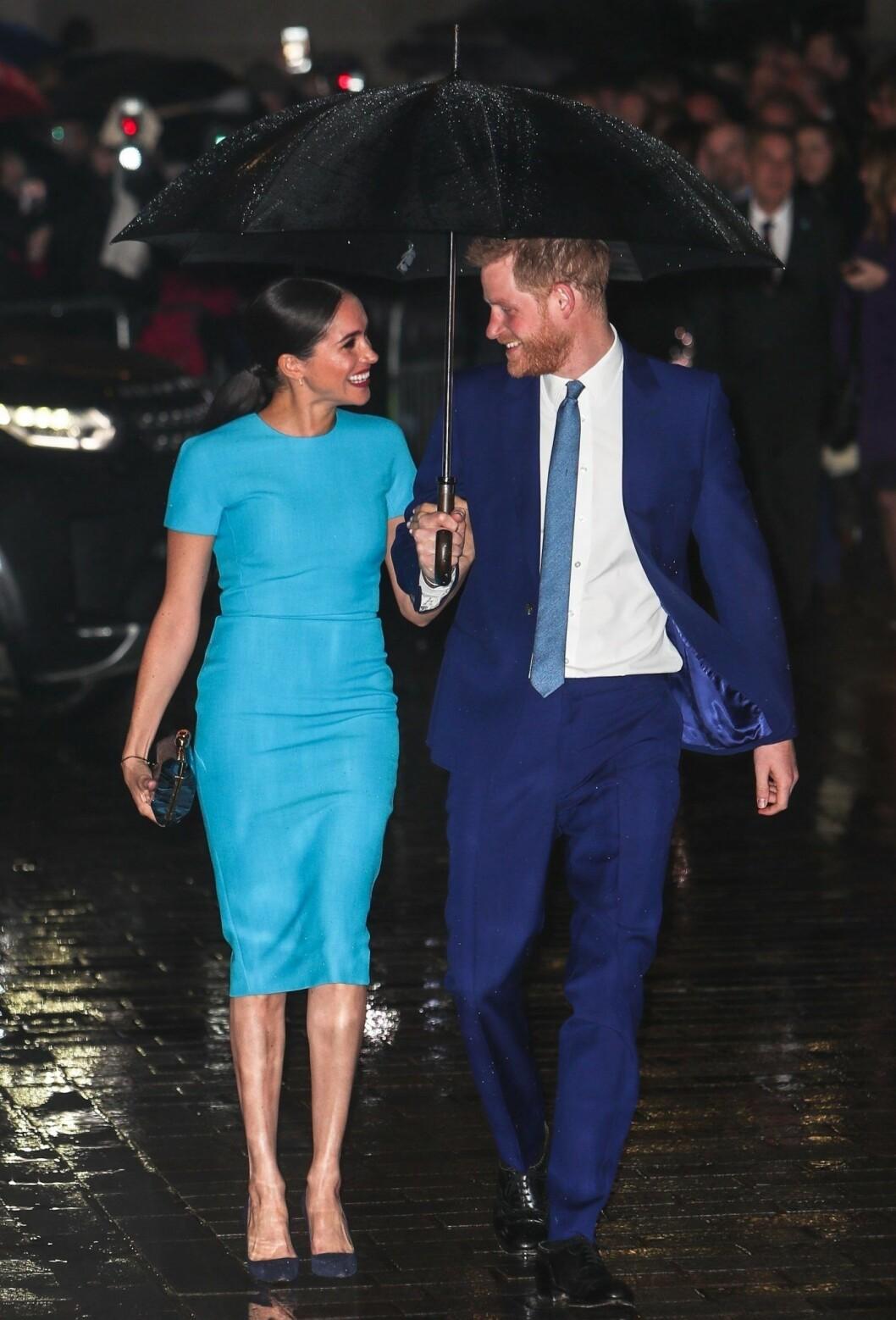 Meghan Markle i blå klänning från Victoria Beckham.