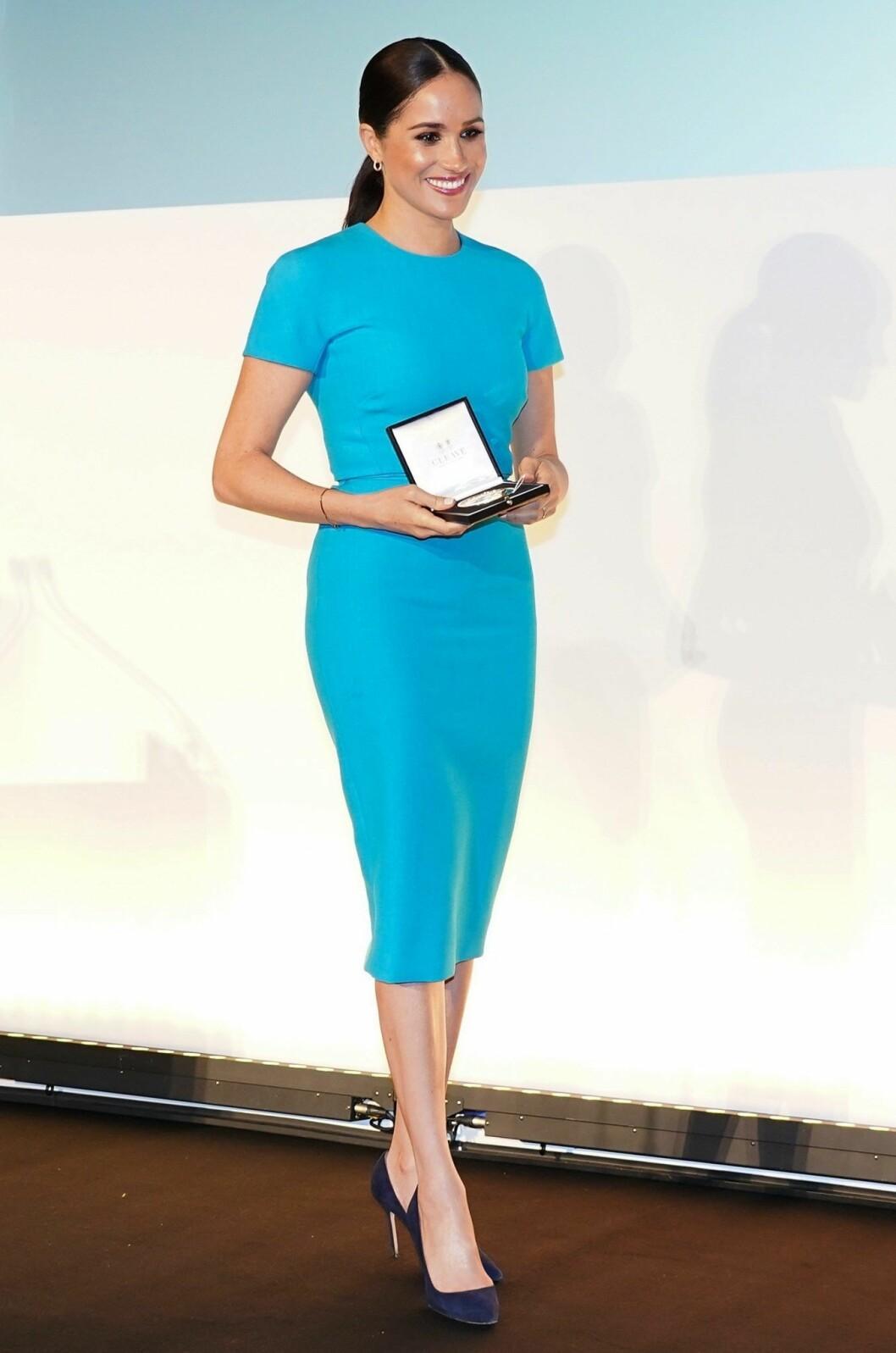 Meghan Markle i blå fodralklänning från Victoria Beckham.