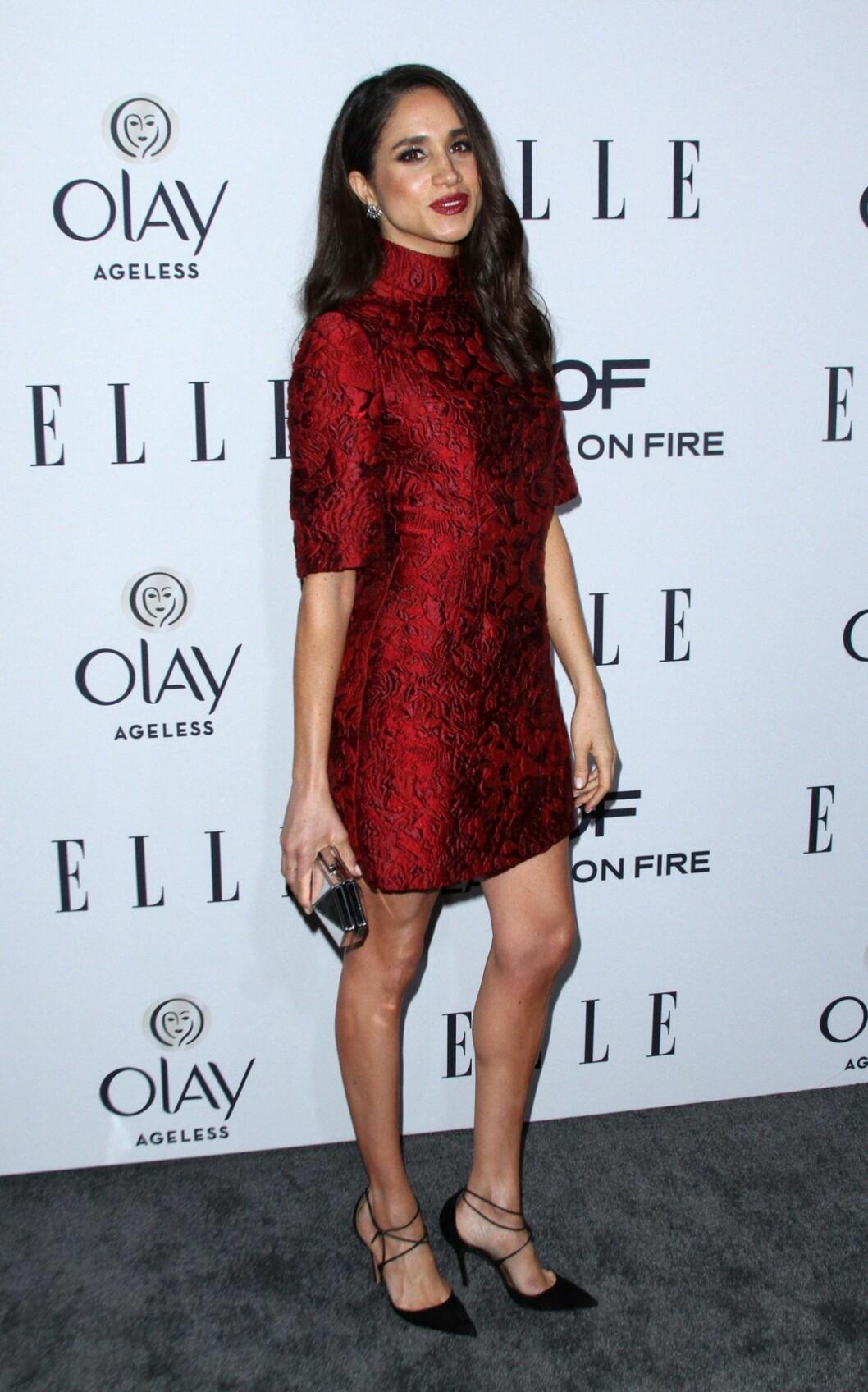 Meghan Markle i en kortare röd klänning