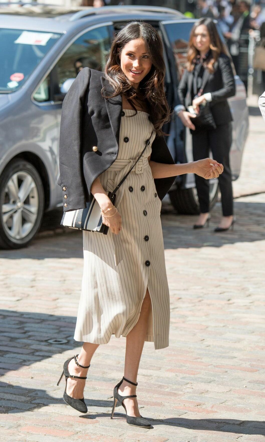 Meghan Markle i randig klänning