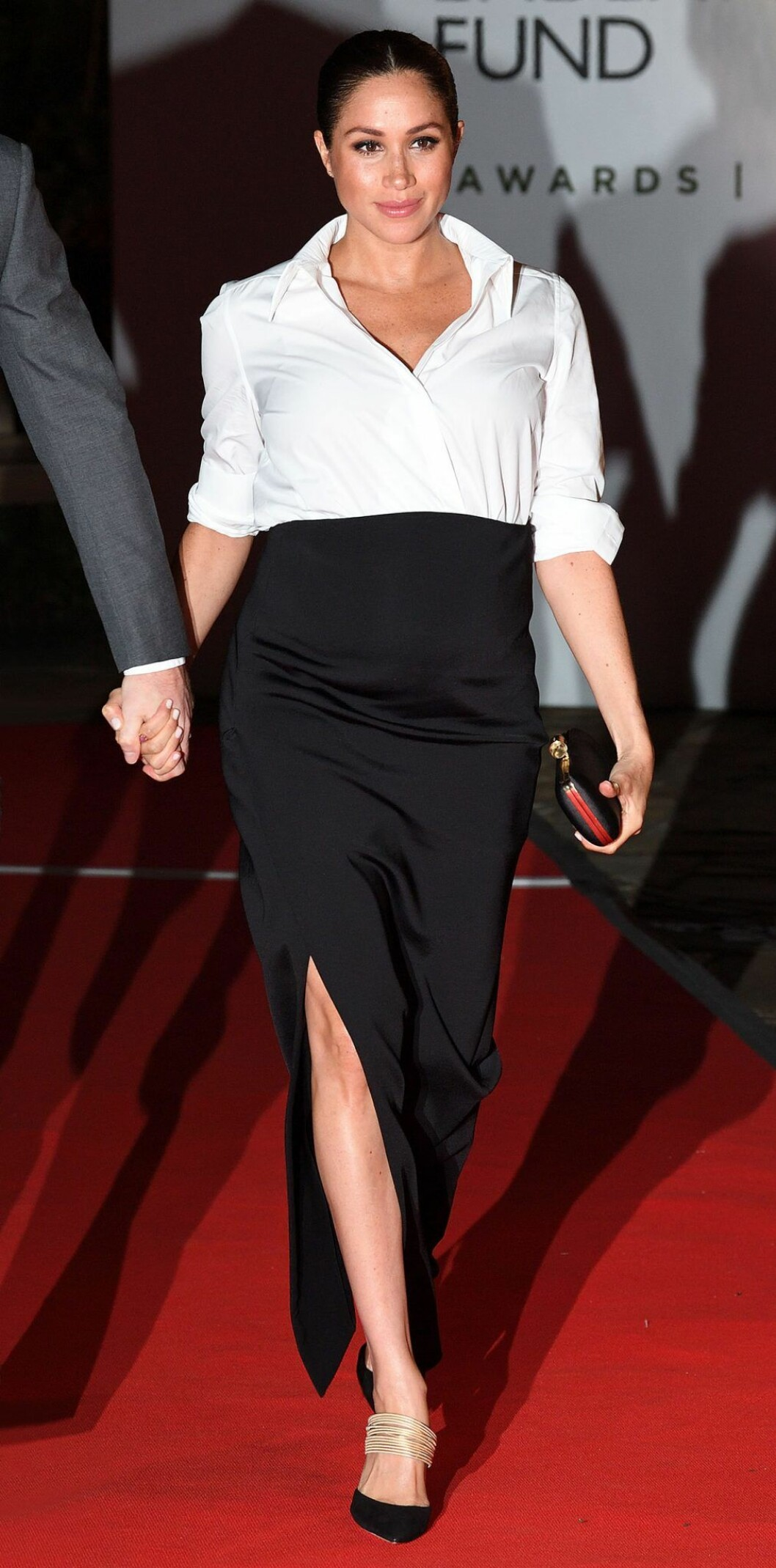Meghan Markle i svart kjol och vit skjorta