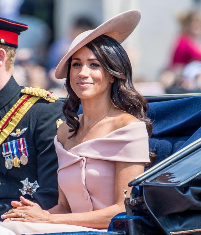 Meghan i kortärmad klänning vid drottningens födelsedag