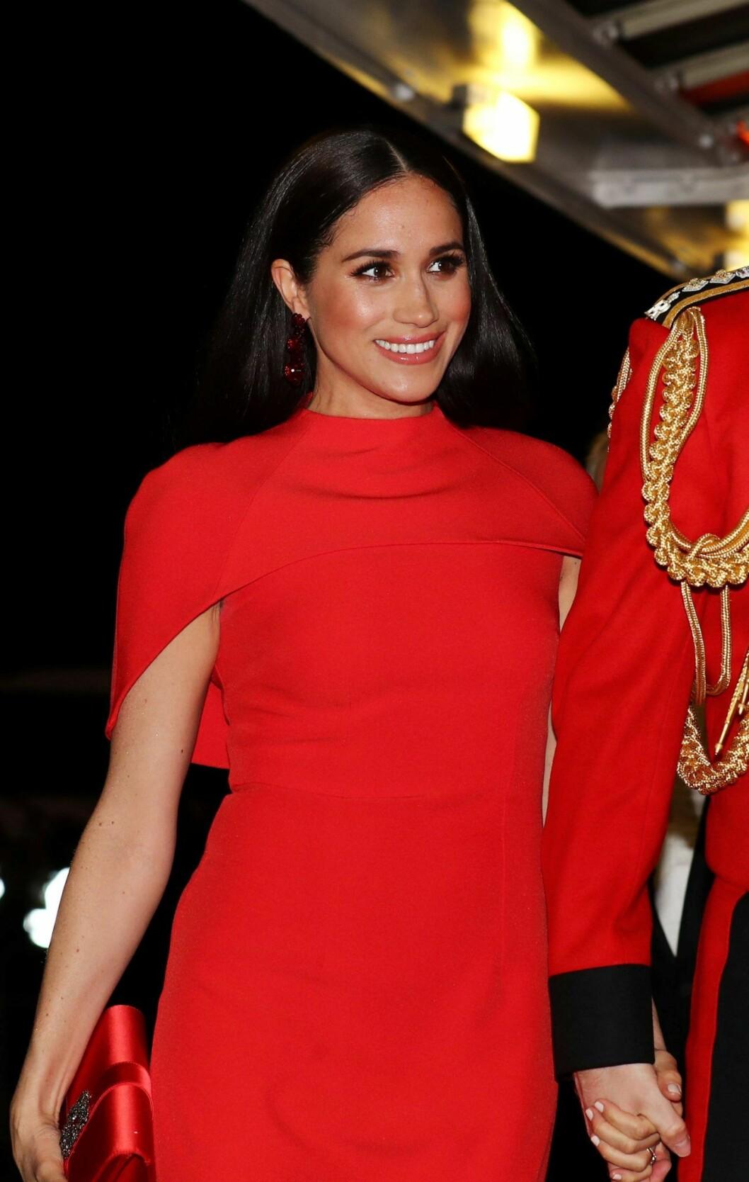 Meghan Markle i röd fodralklänning från Safiyaa.
