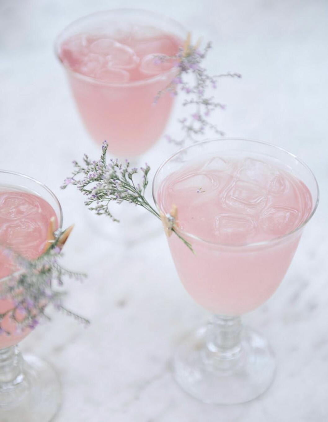 Rosig drink med smak av hallon och apelsin.
