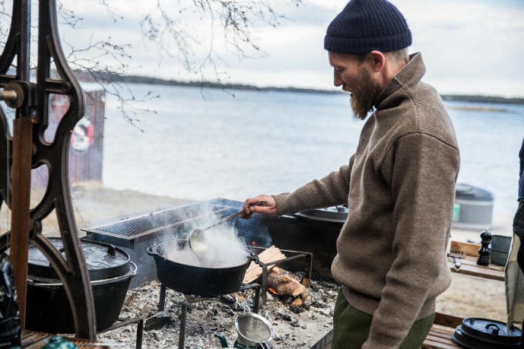 Den danske stjärnkocken Mikkel Karstads matfilosofi grundar sig i att arbeta med säsongsbaserade och närodlade råvaror.