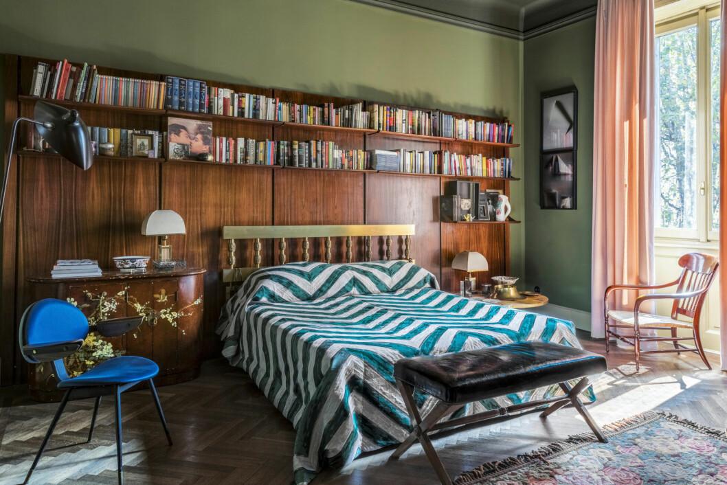 Ombonat sovrum med platsbyggd bokhylla över sängen