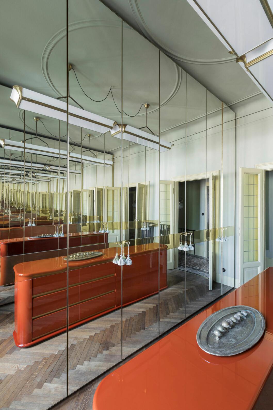 Speglar från golv till tak