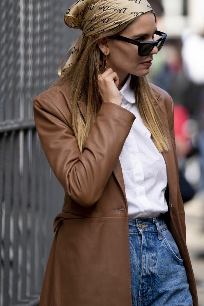 Brun läderkavaj matchat med en vit skjorta och en diorsjal
